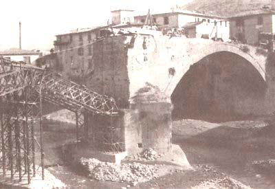 Il ponte mediceo sulla Sieve, crollato per i bombardamenti, durante le operazioni di ripristino