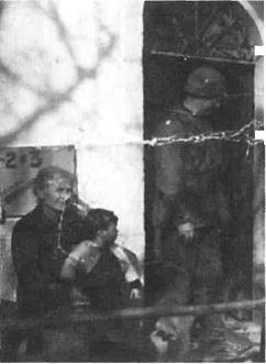 San Piero a Sieve, località San Giusto a Fortuna. Un soldato americano esce dalla sede del comando situato nell'abitazione della famiglia Ciani.