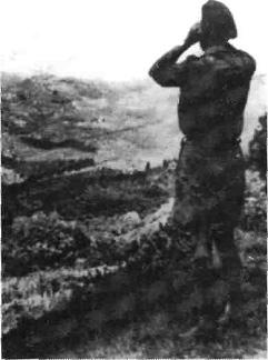 Greve in Chianti, un ufficiale alleato osserva, da Panzano, gli effetti del bombardamento su Forte Augustus (così era chiamata, in codice militare, Greve).